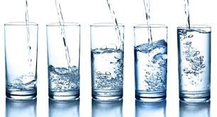 Varios vasos de agua