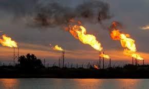 Fabrica con chimeneas con llamas de gases
