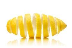Citrina en la cáscara de limón