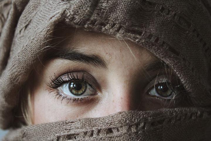 Mujer con la cara tapada
